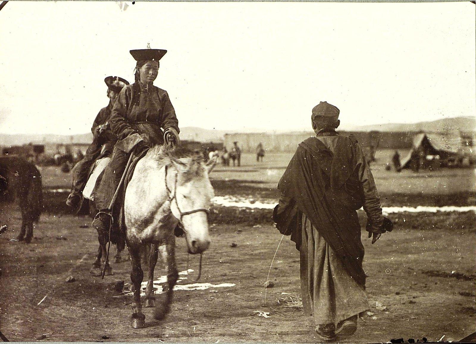 Девушка на лошади и лама