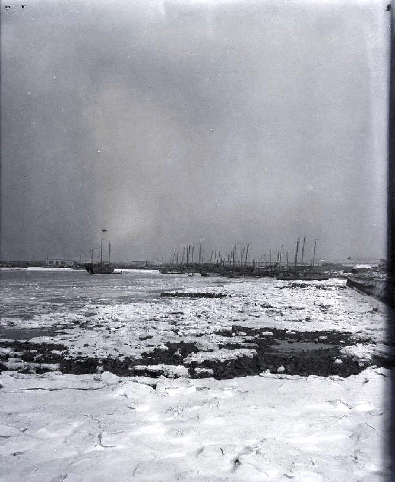 12. Замерзшая бухта и лодки