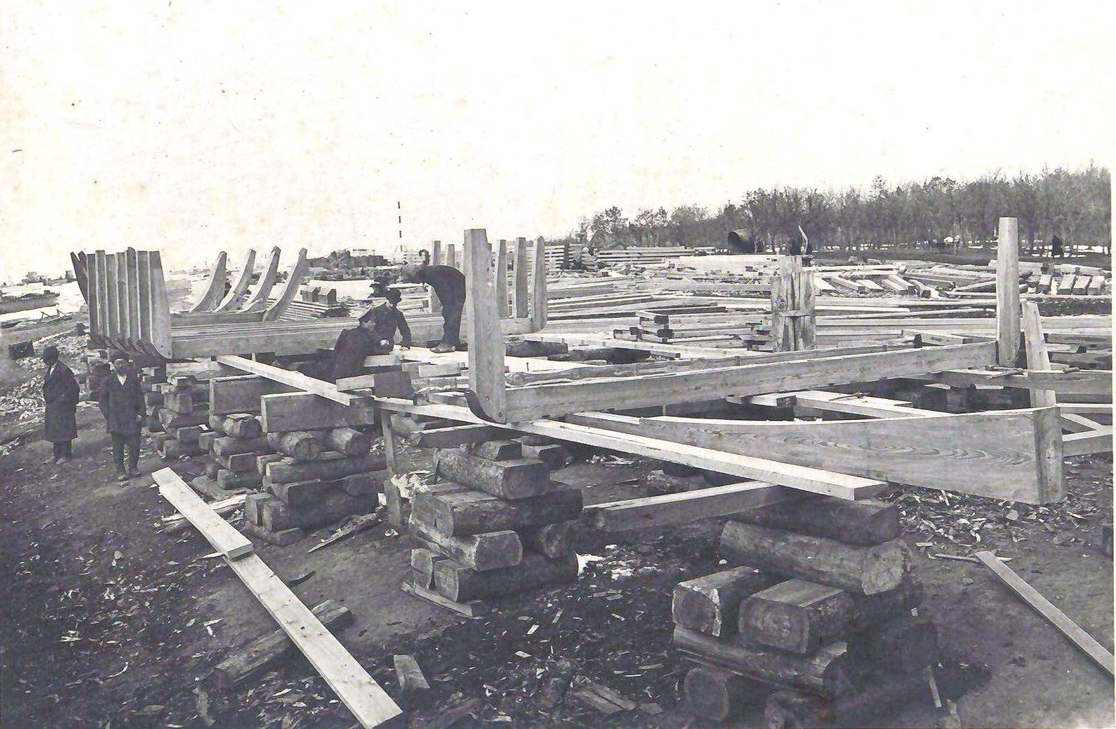 191. Установка шпангоутов на камнеподъёмнице