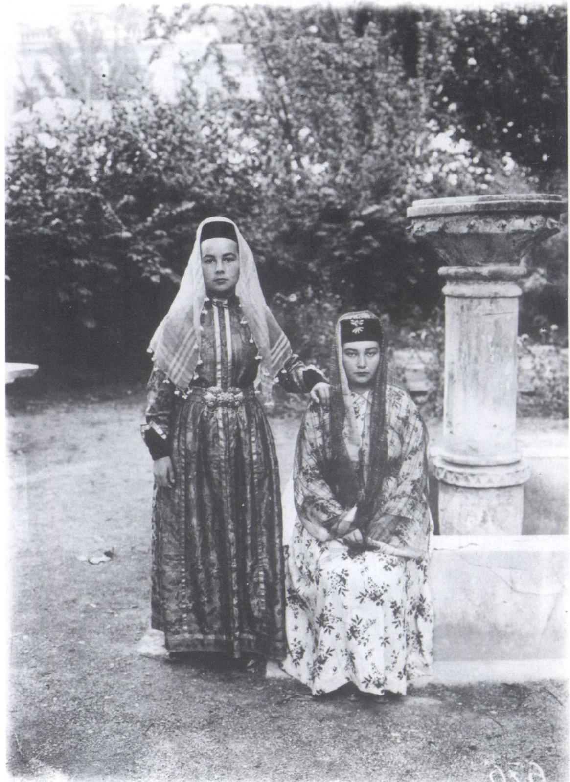 Девушки-татарки в Посольском садике Ханского дворца. Бахчисарай