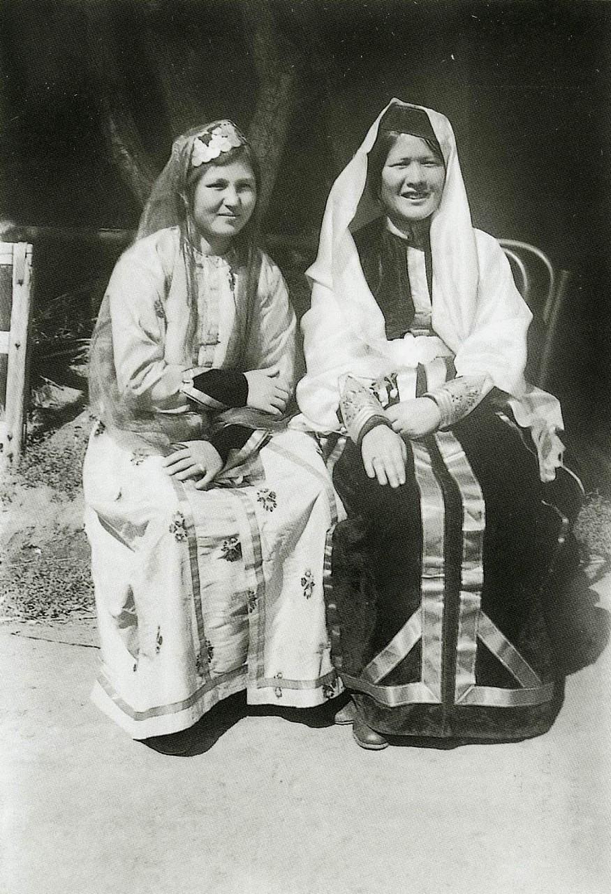 Девушки в праздничной одежде. Бахчисарай. 1920