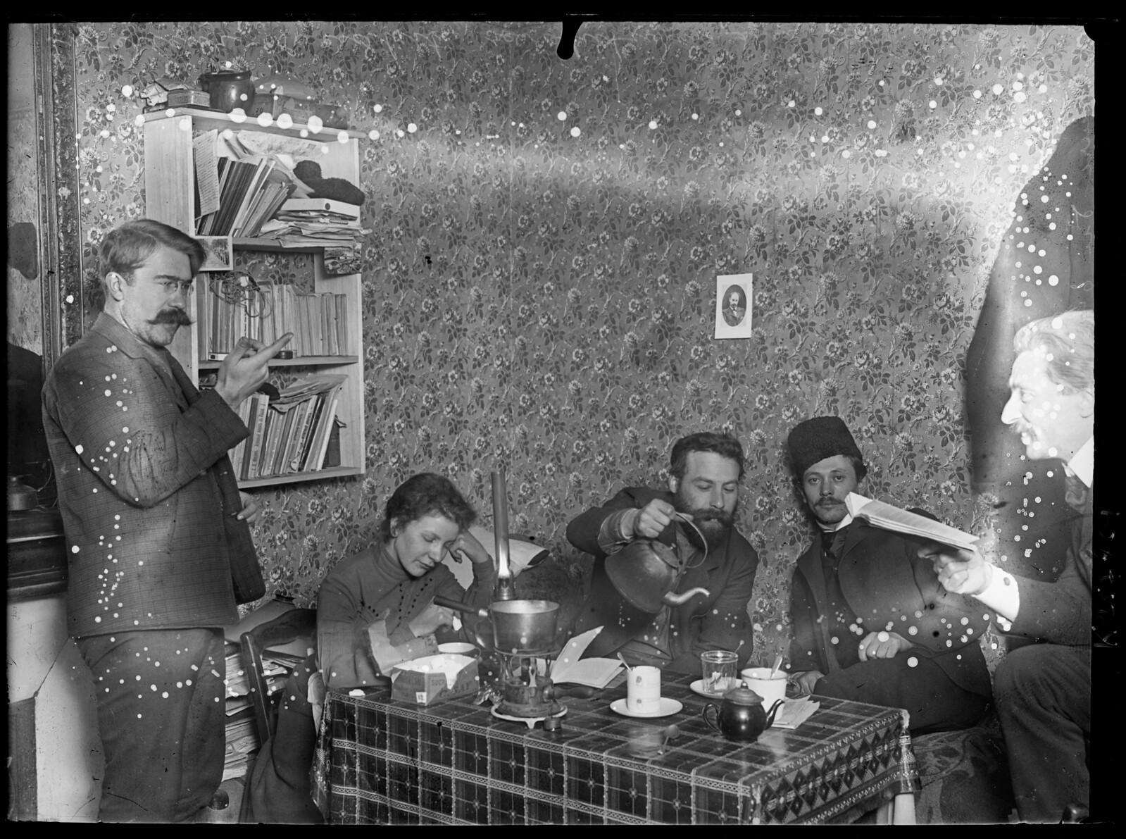Русские политэммигранты за чаепитием