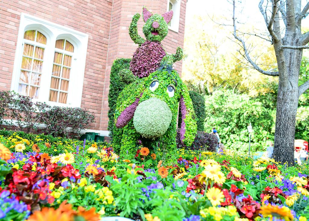 Piglet Eeyore topiary flower & garden Epcot