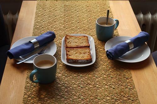 Apfelmarzipankuchen zum Nachmittagskaffee (Tischbild)