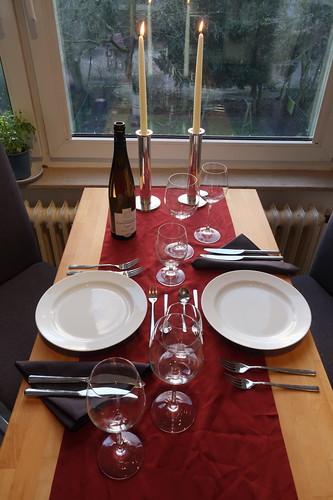 angemessen gedeckter Tisch