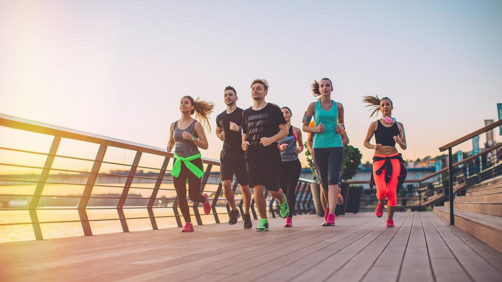 一群跑步者在柔和的橙色灯光下奔跑