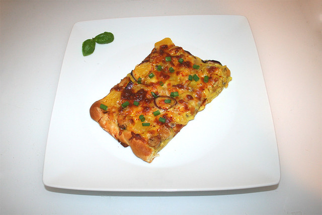 21 - Chicken Curry Pizza (with pineapple & onion / mit Ananas & Zwiebel) - Served / Serviert