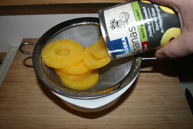 03 - Drain pineapple / Ananas abtropfen lassen