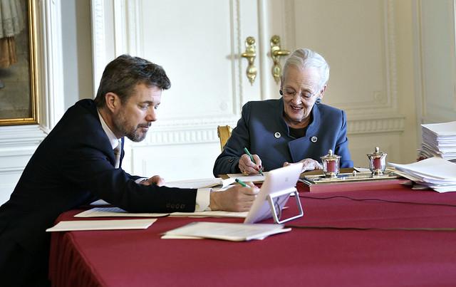 Koningin Margrethe van Denemarken en Kroonprins Frederik van Denemarken aanwezig bij virtuele vergadering van Raad van State