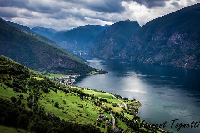 l'Aurlandfjord avec Aurland au premier plan et Flam au fond du fjord (Norvège)