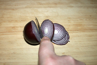 07 - Cut red onion in rings / Rote Zwiebel in Ringe schneiden