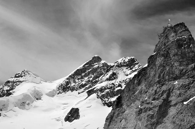 Jungfrau (4158m alt  -  13642ft) et la montagne nommée (named mountain)
