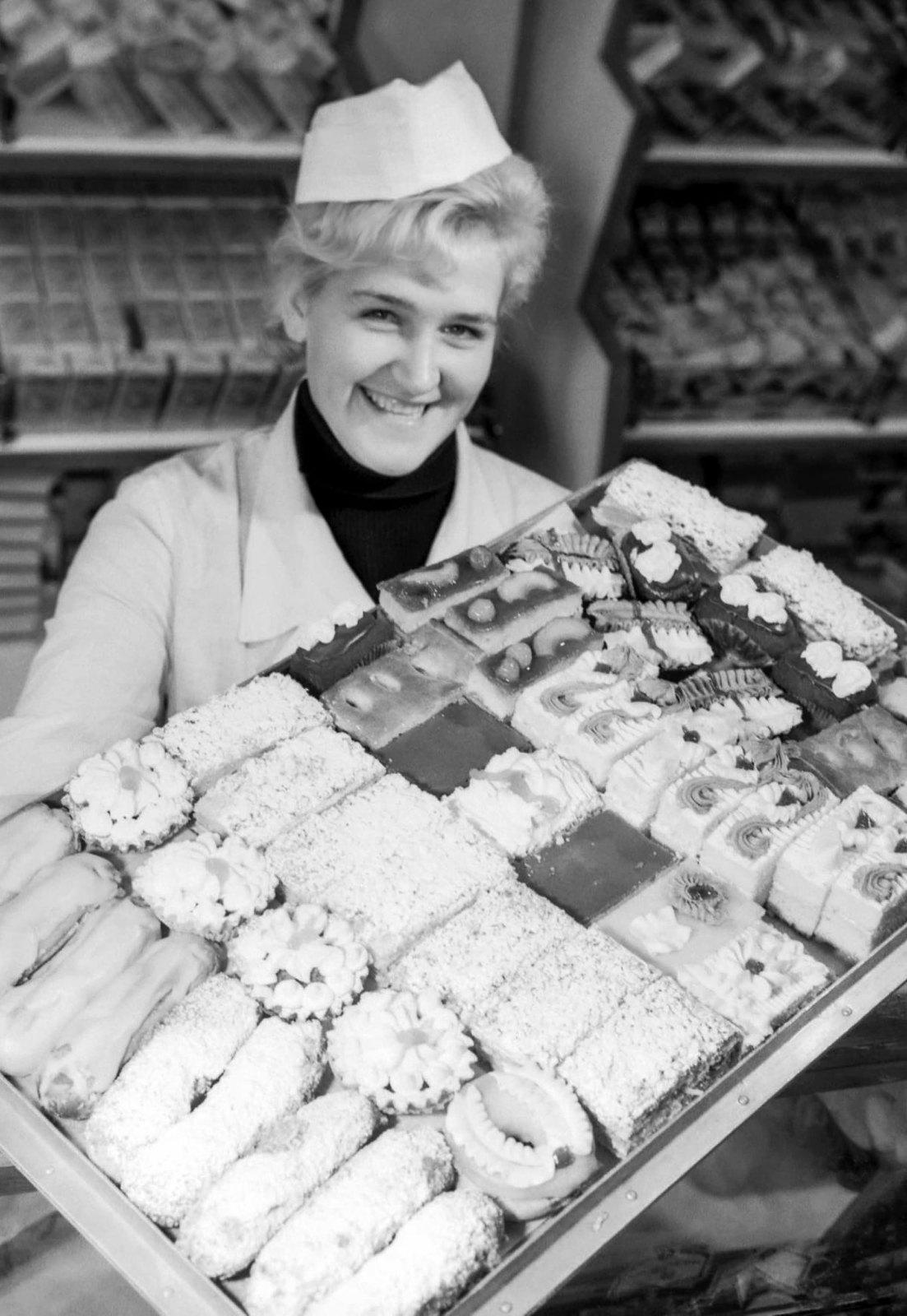 1950-е. Продавщица пирожных.