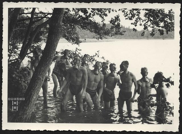 ArchivTappen23AAl2g63 Fahnenjunkerausbildung im Wasser, Gasmasken, 1934