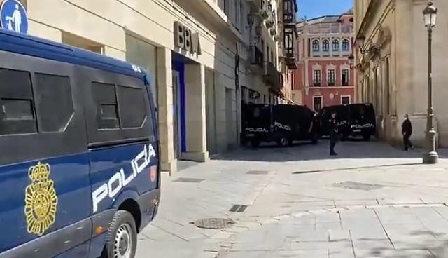 Policía Cierra Plaza Nueva en Sevilla