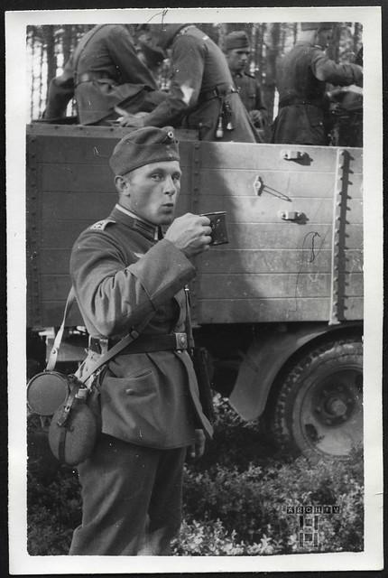ArchivTappen23AAl2g67 Kamerad mit Kaffeebecher, 1937