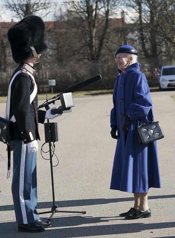 Koningin Margrethe van Denemarken aanwezig bij parade Koninklijke Lijfgarde af en reikt onderscheiding uit