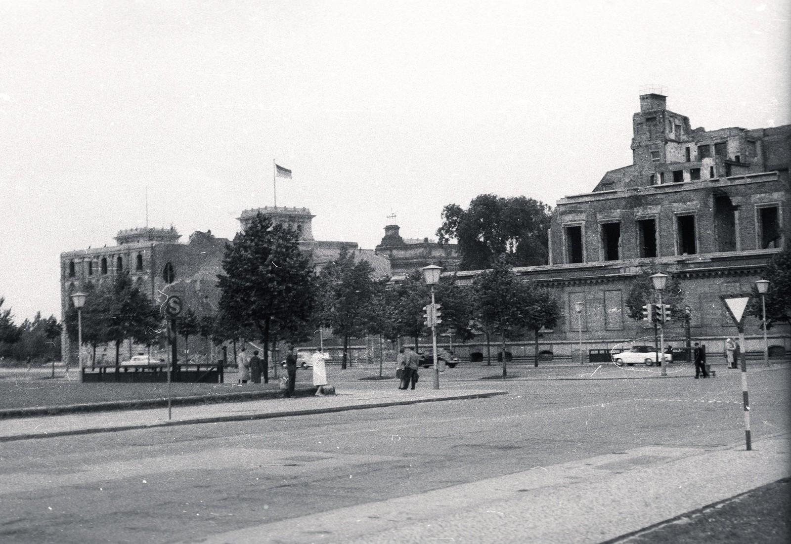 16. 1957. Восточный Берлин. Вильгельмштрассе, налево на Парижскую площадь, направо на Унтер-ден-Линден