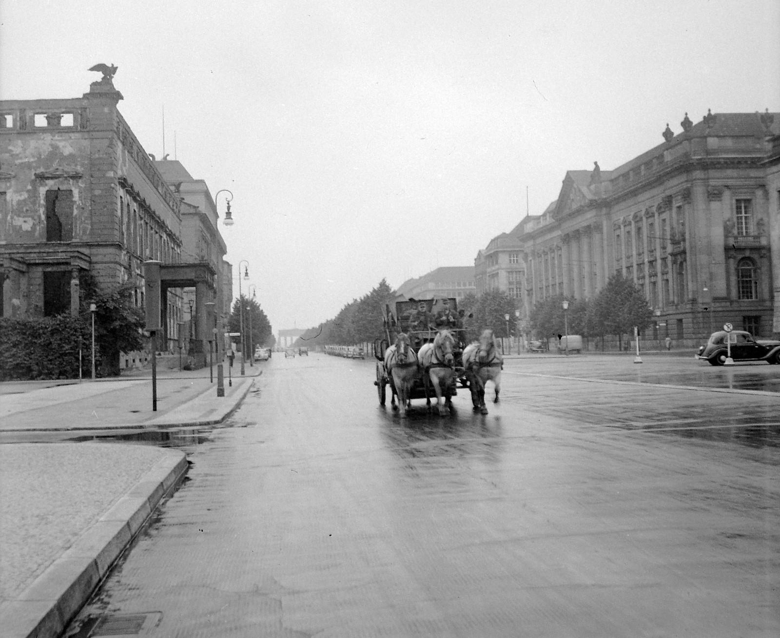 01. 1956. Восточный Берлин. Унтер-ден-Линден. На заднем плане Бранденбургские ворота.