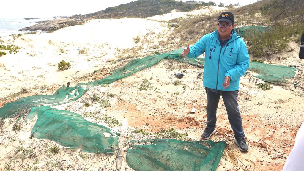 金湖水庫旁的海岸風砂太大,金門林務所架設的防風網不敵倒塌(所長鐘立偉)。黃思敏攝