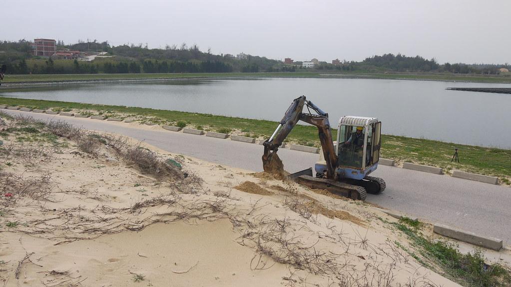 20210311金門海岸造林參訪。金湖水庫旁的海岸風砂太大,常漫延到產業道路上,需定期清運。黃思敏攝