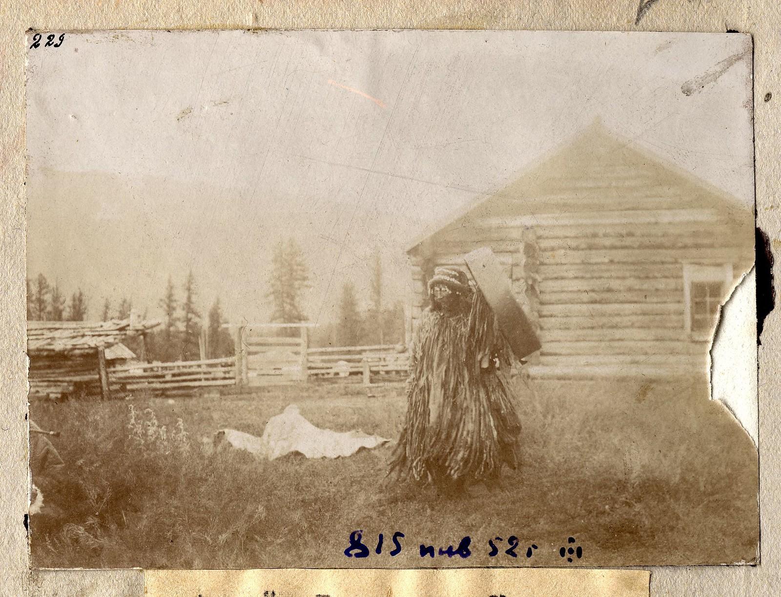 Алтайский шаман во время камлания. Долина реки Кучерлы.