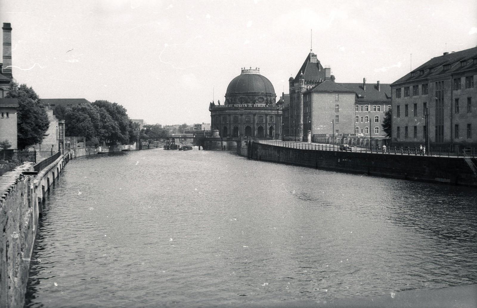 15. 1957. Восточный Берлин. Река Шпрее, вид со стороны Вайдендаммер брюкке. Напротив северной оконечности Музейного острова находится музей Боде