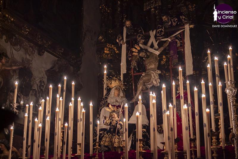 El altar de Quinario de la Quinta Angustia, a la luz de las velas