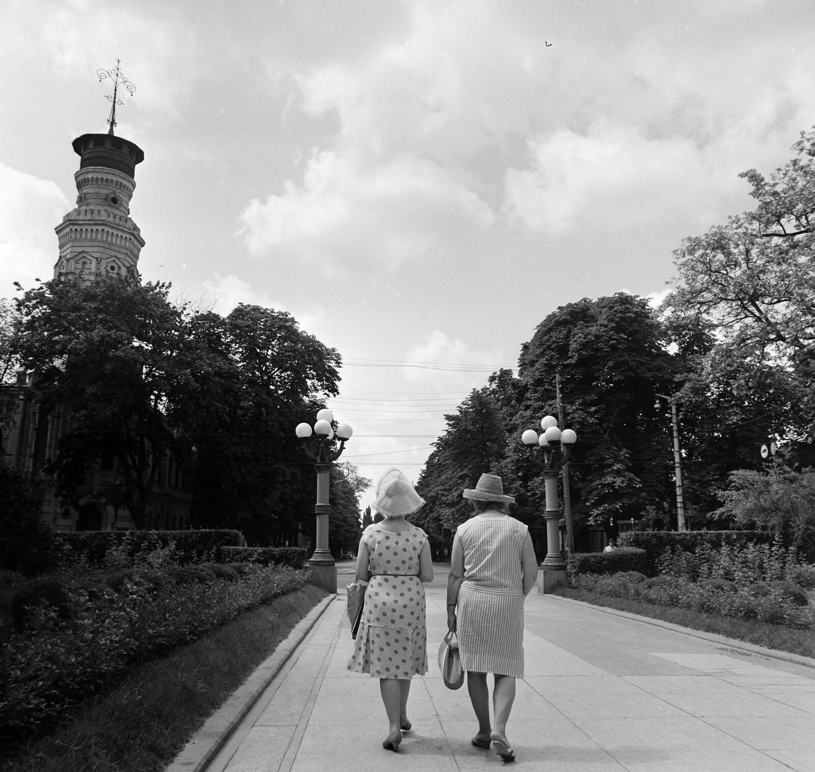 16. Советский парк, на заднем плане башня пожарной части