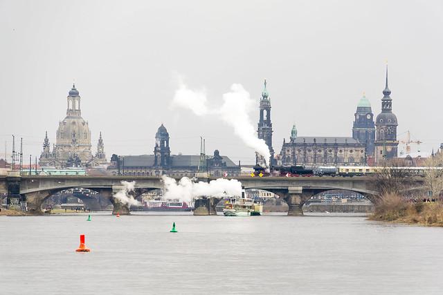 52 8141 und der Dampfer Pillnitz in Dresden