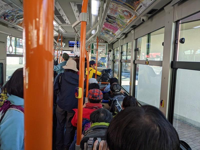 ミツバ岳の超過密バス
