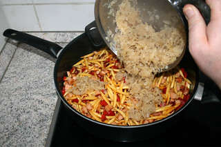 24 - Add sauerkraut to pan / Sauerkraut in Pfanne gebe