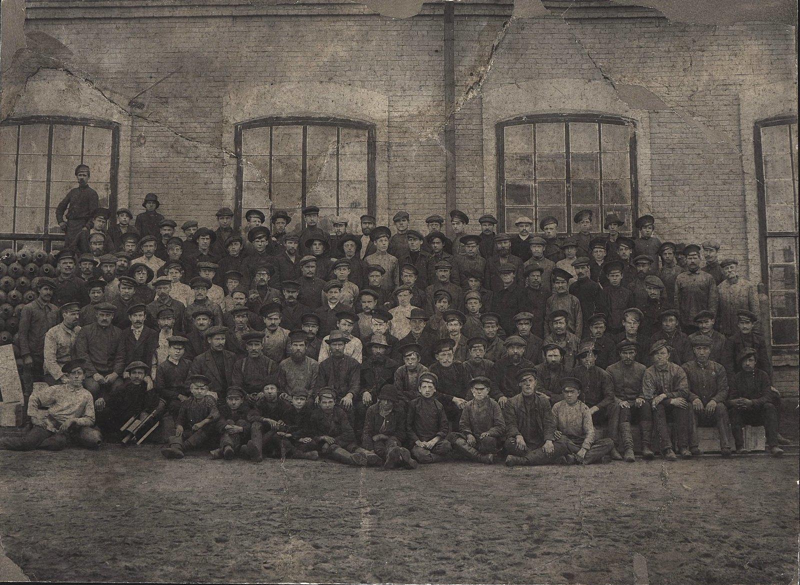 Рабочие механического цеха завода Чепурина, выпускавшего шестидюймовые снаряды и окопные мины.1914