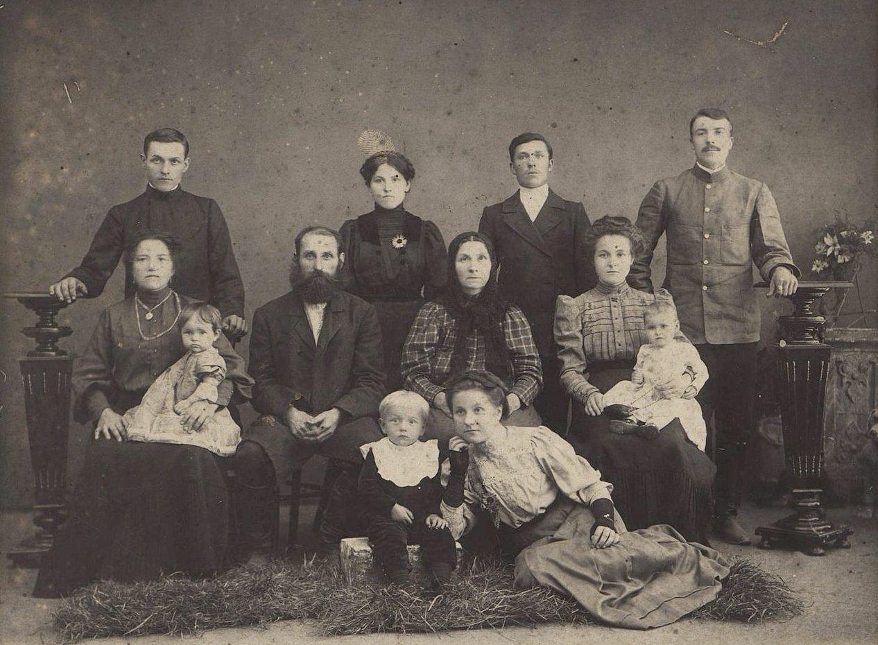 Дмитриев Степан Дмитриевич, рабочий-революционер, с родственниками. 1909