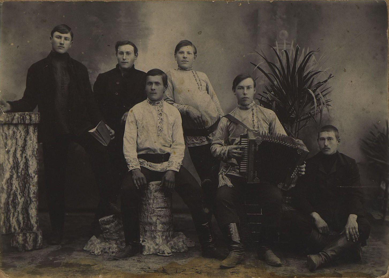 Рабочие, строившие железнодорожный мост на ветке от Белогорска. 1913
