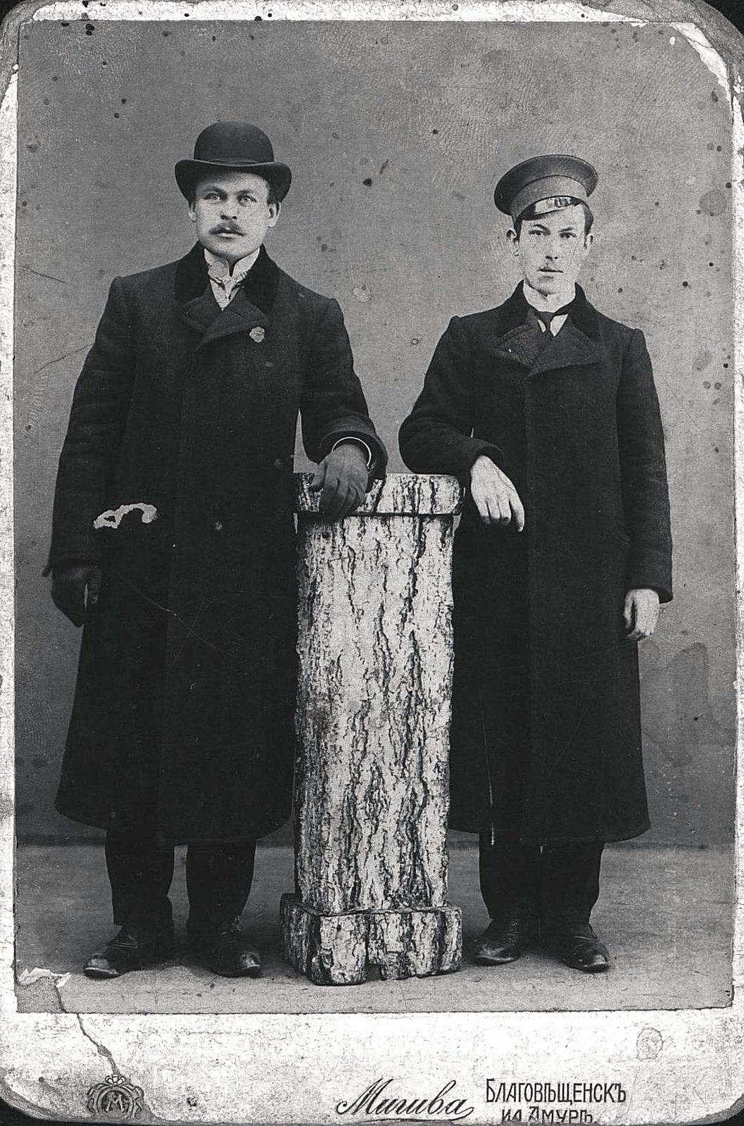Карловский Николай Михайлович, служащий типографии газеты «Эхо», с товарищем. 1913