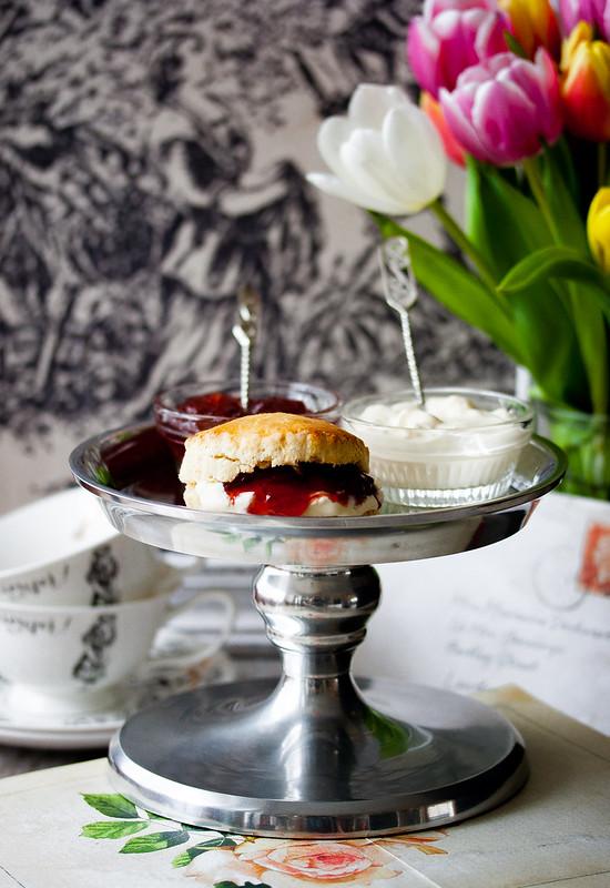 Scones mit Clotted Cream und Erdbeermarmelade (Homemade