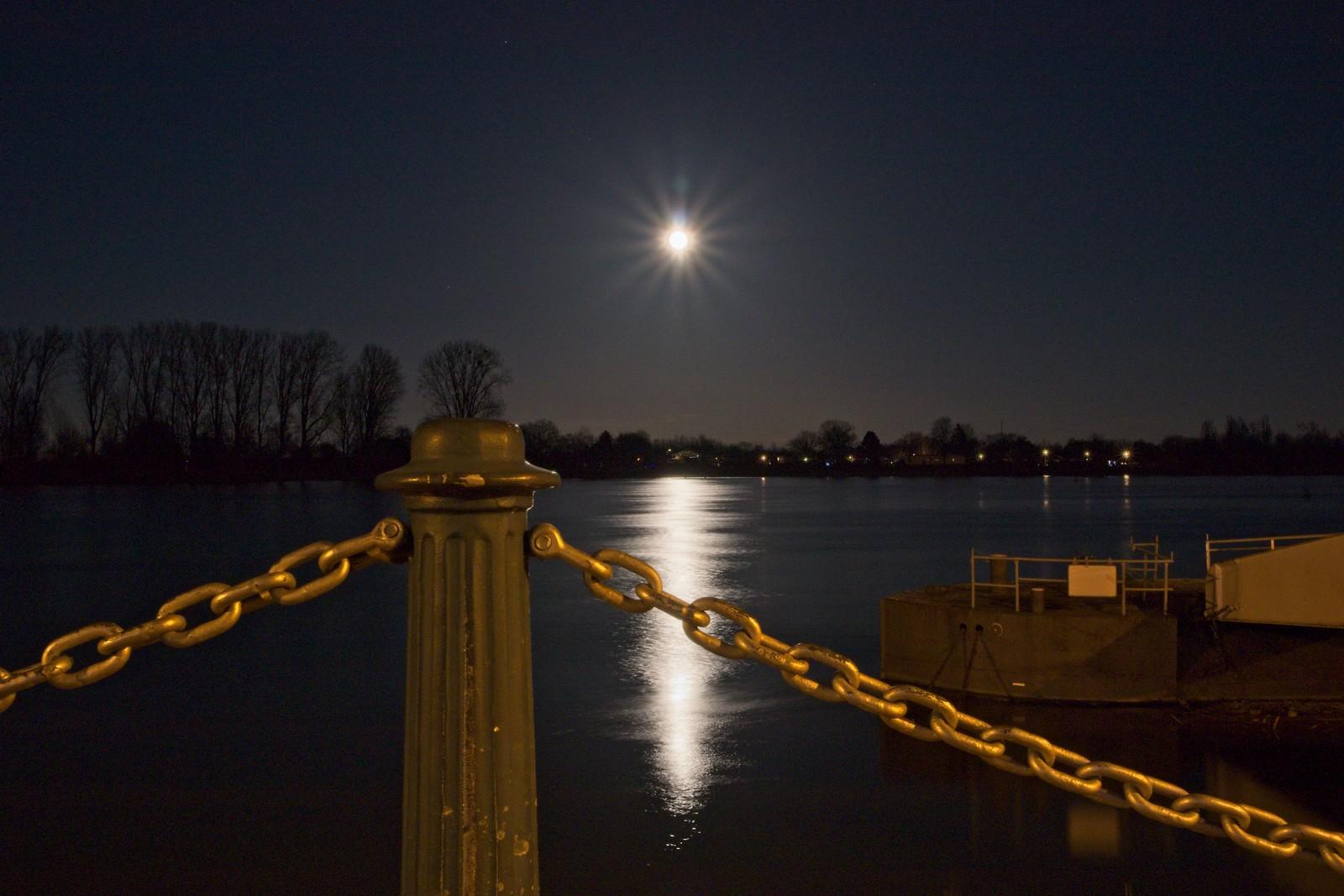 Mond über dem Rhein bei Nierstein (Canon EOS M50, EF-M 15-45mm f/3.5-6.3 IS STM, 23 mm, Manuell, 13,0 s @ f/20, ISO 400)