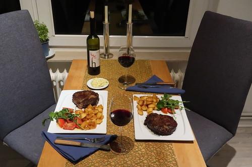 Entrecôte mit frittierten Kartoffelwürfeln und Tomaten-Rucola-Salat (Tischbild)