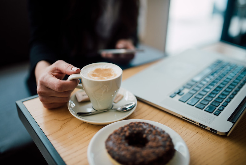 commander une enseigne devant un café