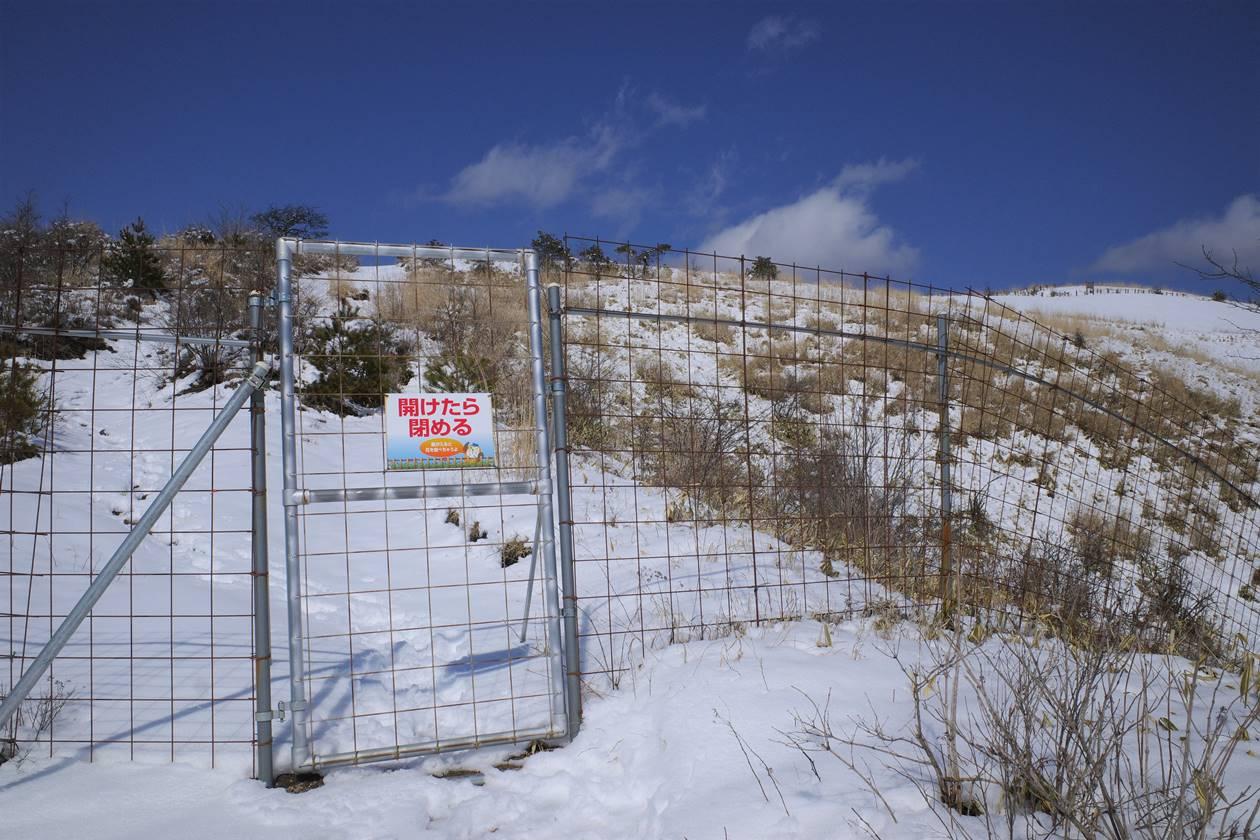 飯盛山の鹿よけの柵