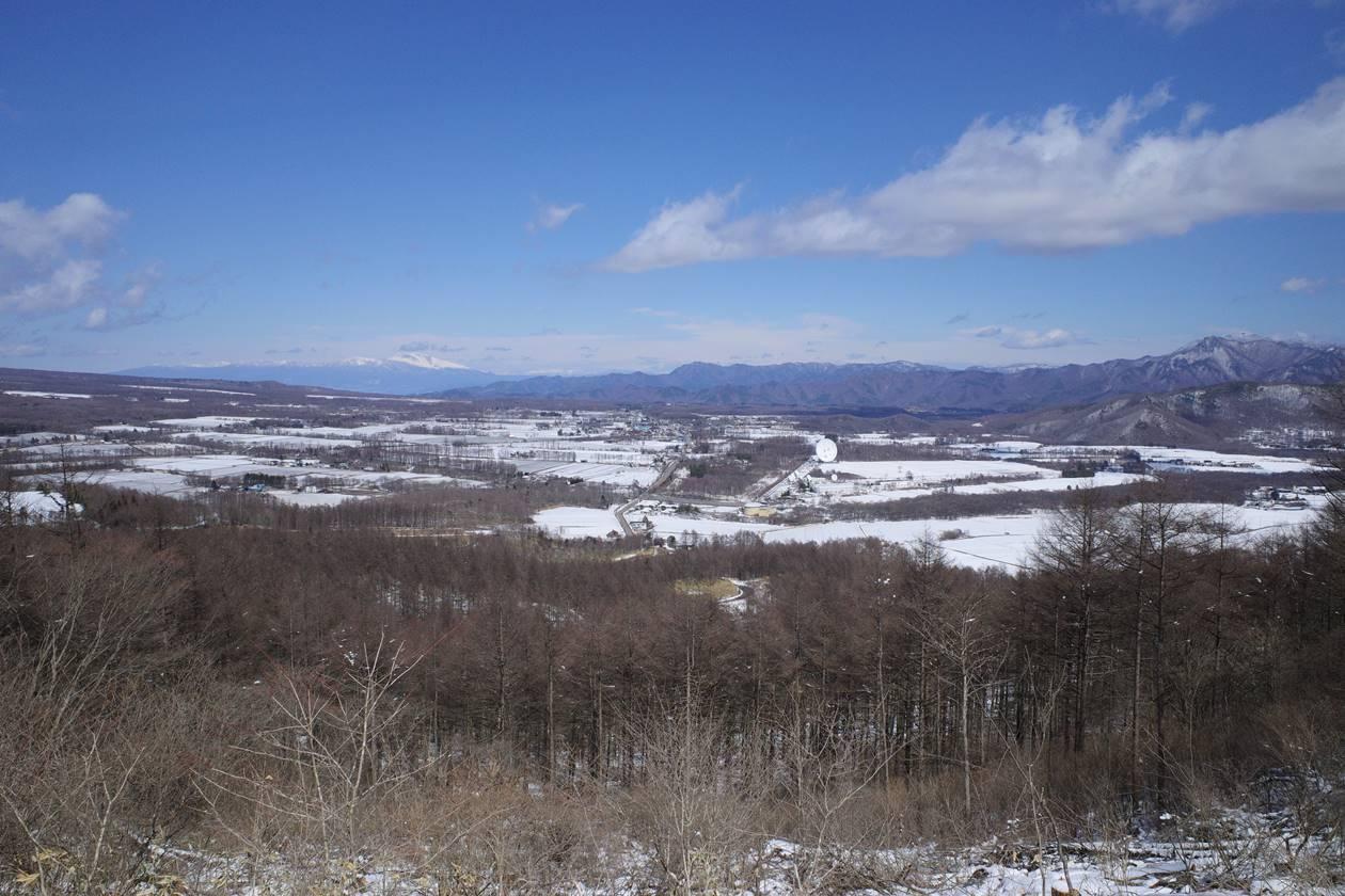 登山道から眺める野辺山高原の景色