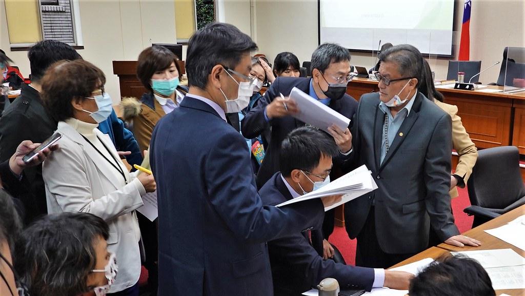 立委孔文吉就《野保法》修正草案與農委會及林務局官員交換意見。孫文臨攝