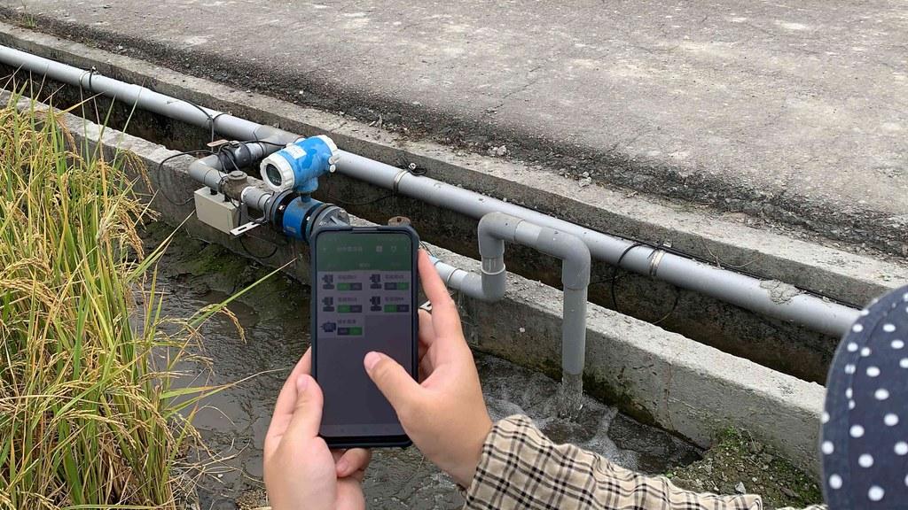 應用智慧水閥系統,可使用手機APP監看水位並進行遠端灌溉管理,省時省工。照片來源:農委會