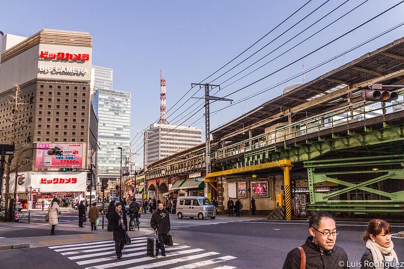 Enorme Bic Camera frente a la estación de Yurakucho