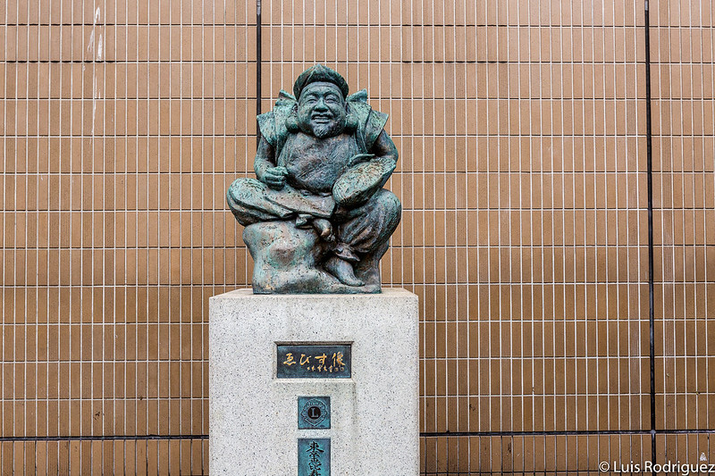 Estatua del dios Ebisu a la salida de la estación de Ebisu (línea JR Yamanote en Tokio)