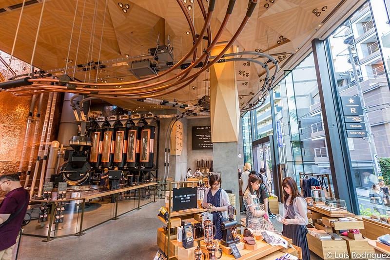 En el interior del Starbucks Reserve Roastery Tokyo de Nakameguro