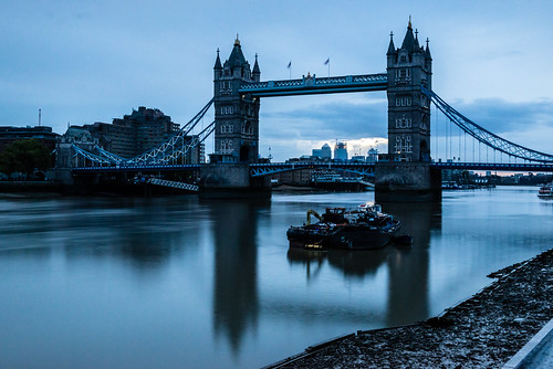 towerbridge river thames barge suspension le longexposure bluehour