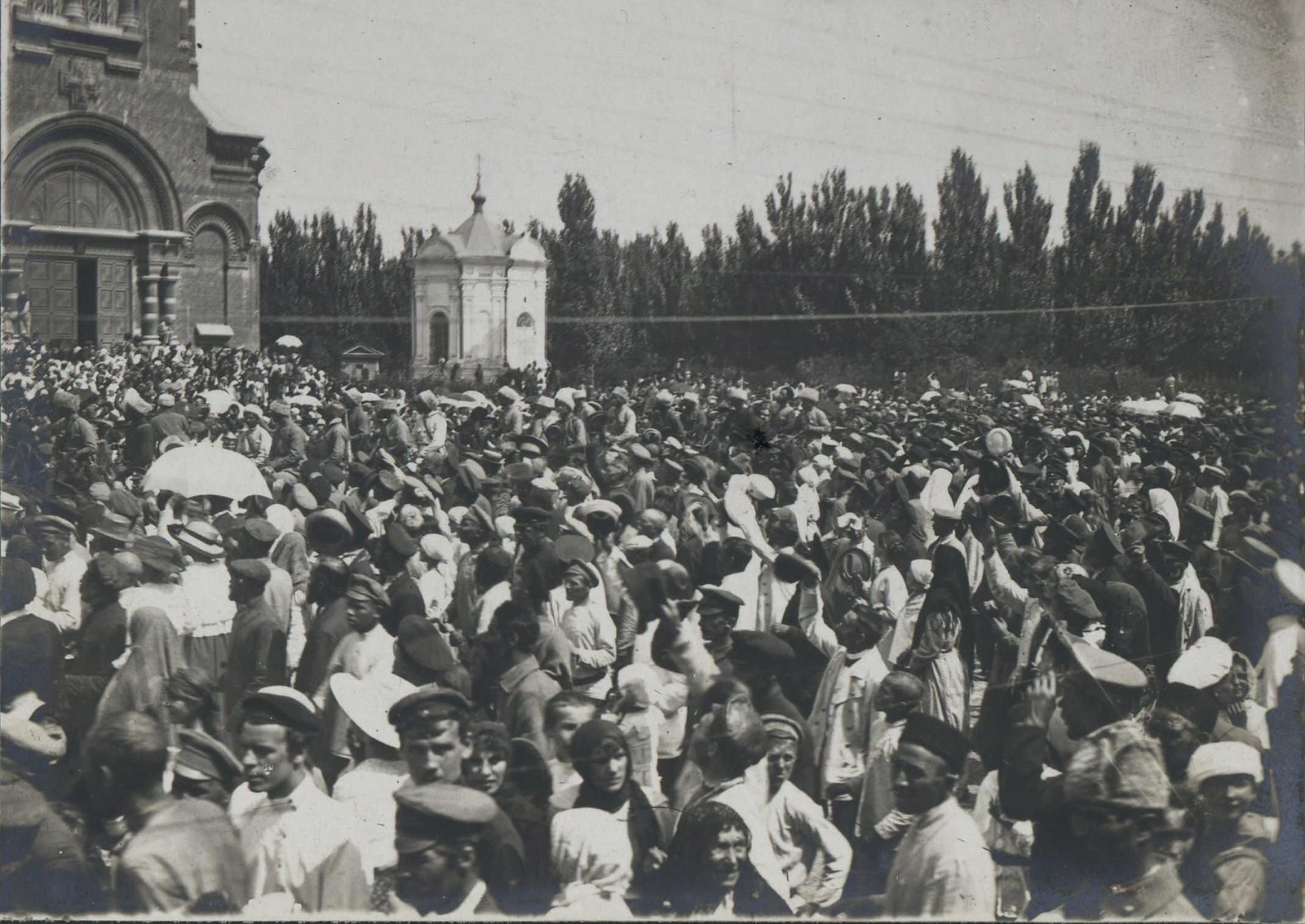 132. 1919. Парад в Царицыне. Горожане следят за происходящим