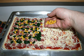 03 - Top with salami, corn & spinach / Mit Salami, Spinat & Mais belegen